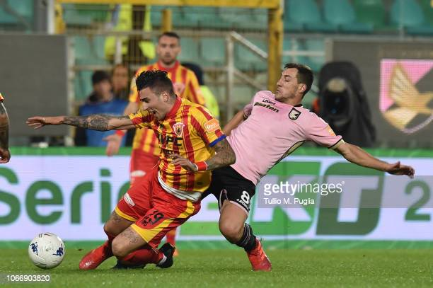 Raul Asencio of Benevento is challanged by Mato Jajalo of Palermo during the Serie B match between US Citta di Palermo and Benevento Calcio at Stadio...