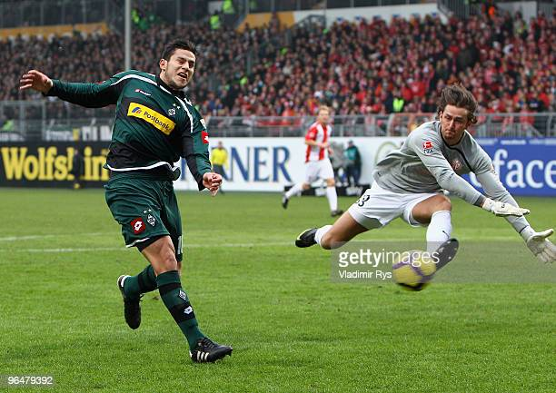 Raul Bobadilla of Moenchengladbach misses a chance against Heinz Mueller of Mainz during the Bundesliga match between FSV Mainz 05 and Borussia...