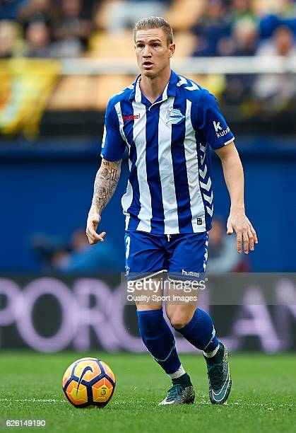 Raul Garcia of Deportivo Alaves in action during the La Liga match between Villarreal CF and Deportivo Alaves at El Madrigal on November 27 2016 in...