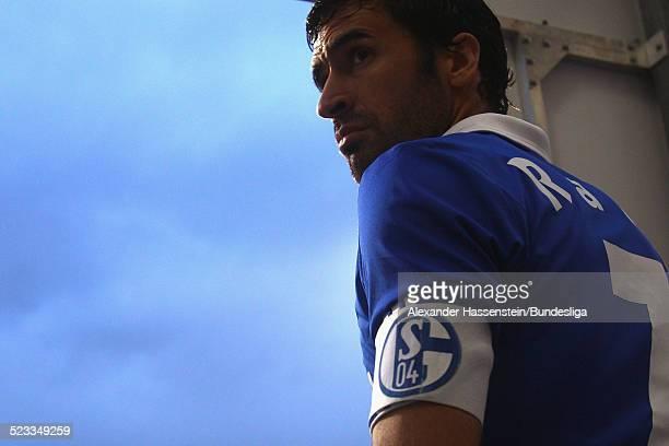 Raul Gonzales von Schalke beim Einlauf der Spieler zum Bundesliga Spiel zwischen 1 FC Nuernberg und FC Schalke 04 im Easy Credit Stadion am April 11...