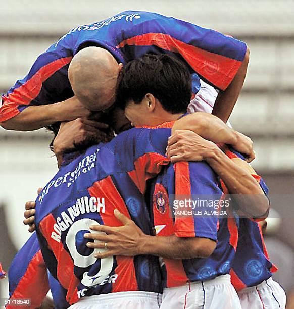 Raul Roganovich is hugged by his teammates in Rio de Janeiro Brazil 17 October 2001 Raul Roganovich del Cerro Porteo es abrazado por sus companeros...