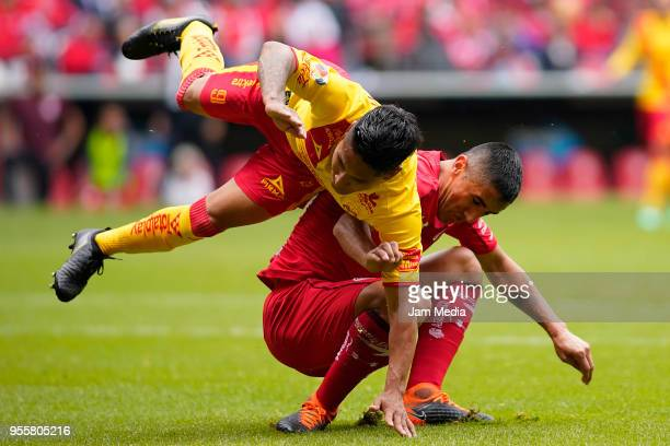 Raul Ruidiaz of Morelia and Osvaldo Gonzalez of Toluca clash during the quarter finals second leg match between Toluca and Morelia as part of the...