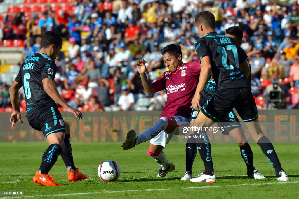Raul Ruidiaz of Morelia (C) competes for the ball with Javier Guemez and Hiram Mier of Queretaro during the 4th round match between Queretaro and Morelia as part of the Torneo Apertura 2017 Liga MX at Corregidora Stadium on August 12, 2017 in Mexico City, Mexico.