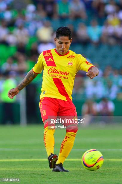 Raul Ruidiaz of Morelia kicks the ball during the 14th round match between Leon and Morelia as part of the Torneo Clausura 2018 Liga MX at Leon...