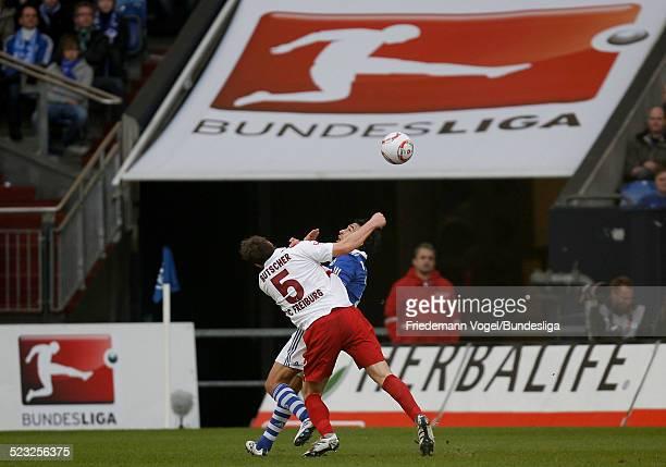 Raul von Schalke in aktion mit Heiko Butscher von Freiburg waehrend des Bundesligaspiels zwischen FC Schalke 04 und SC Freiburg in der Veltins Arena...