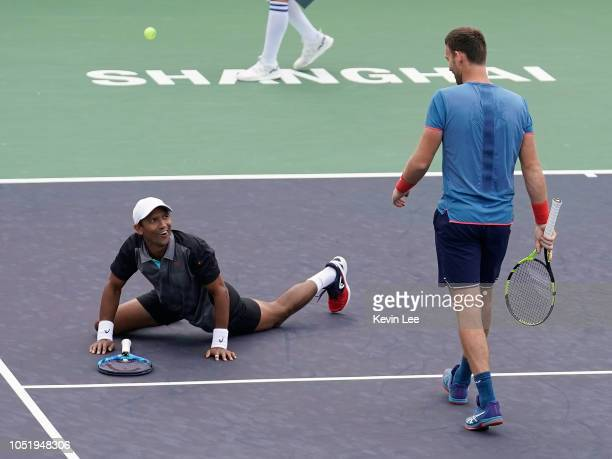 Raven Klaasen of Republic of South Africa fall to the ground after dodging the ball during the QuarterFinal of MenÕs Double match between Raven...