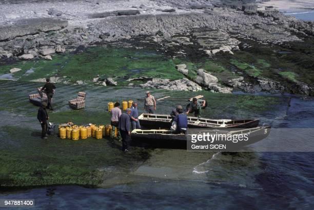 Ravitaillement de l'île d'Inis Meain en currach en mai 1984 dans l'archipel des îles d'Aran Irlande
