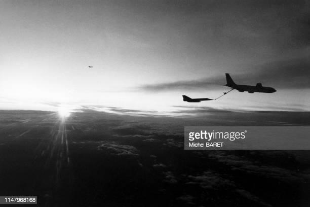 Ravitaillement d'un 'Mirage F1' en vol par un Boeing C-135 à Istres, le 5 février 1980, dans les Bouches-du-Rhône, France.