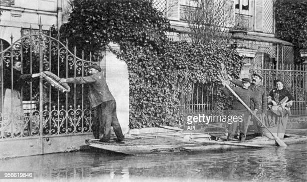 Ravitaillement lde la population par barque ors de la crue de la Seine en 1910 à Asnières France