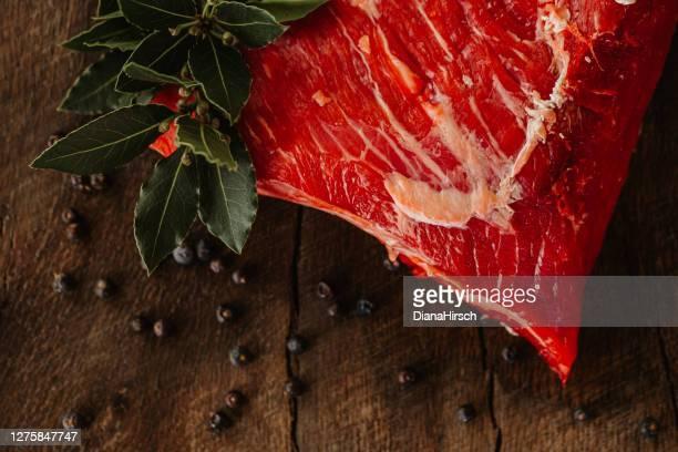 rohes amerikanisches tri tip steak von black angus - knackiger po stock-fotos und bilder