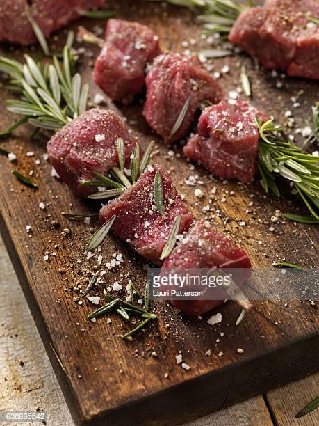 raw beef rosemary skewers - bratspieß stock-fotos und bilder