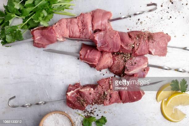 raw beef skewers ready for grilling - bratspieß stock-fotos und bilder