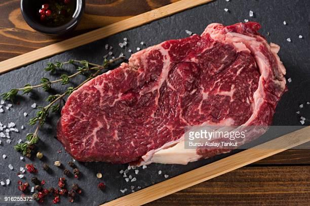raw beef steak - bistecca alla fiorentina foto e immagini stock