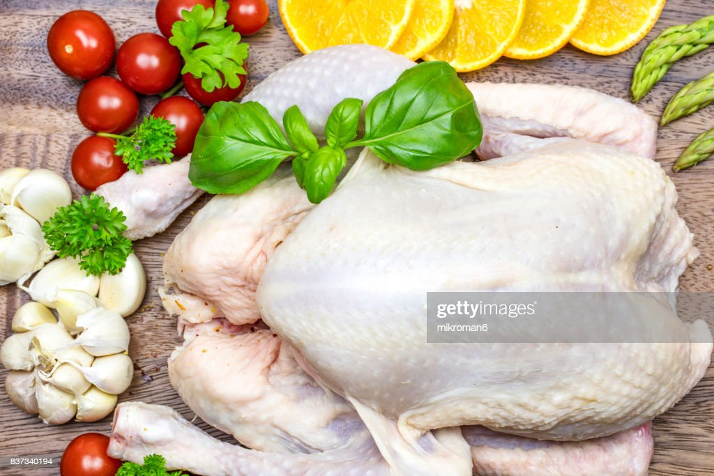 Raw chicken on chopping board with vegetables and spicy : Foto de stock