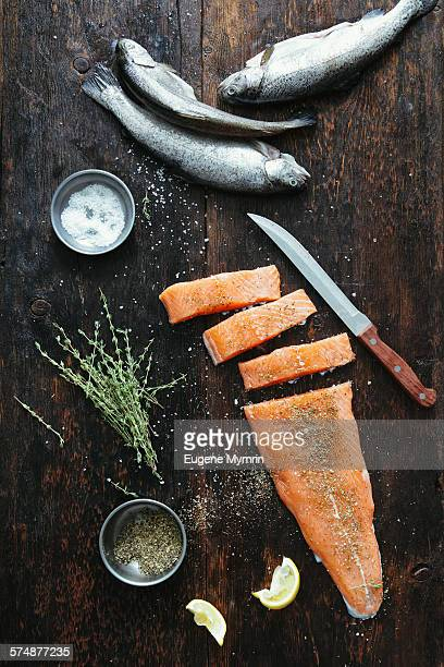 raw fish with herbs - roh stock-fotos und bilder