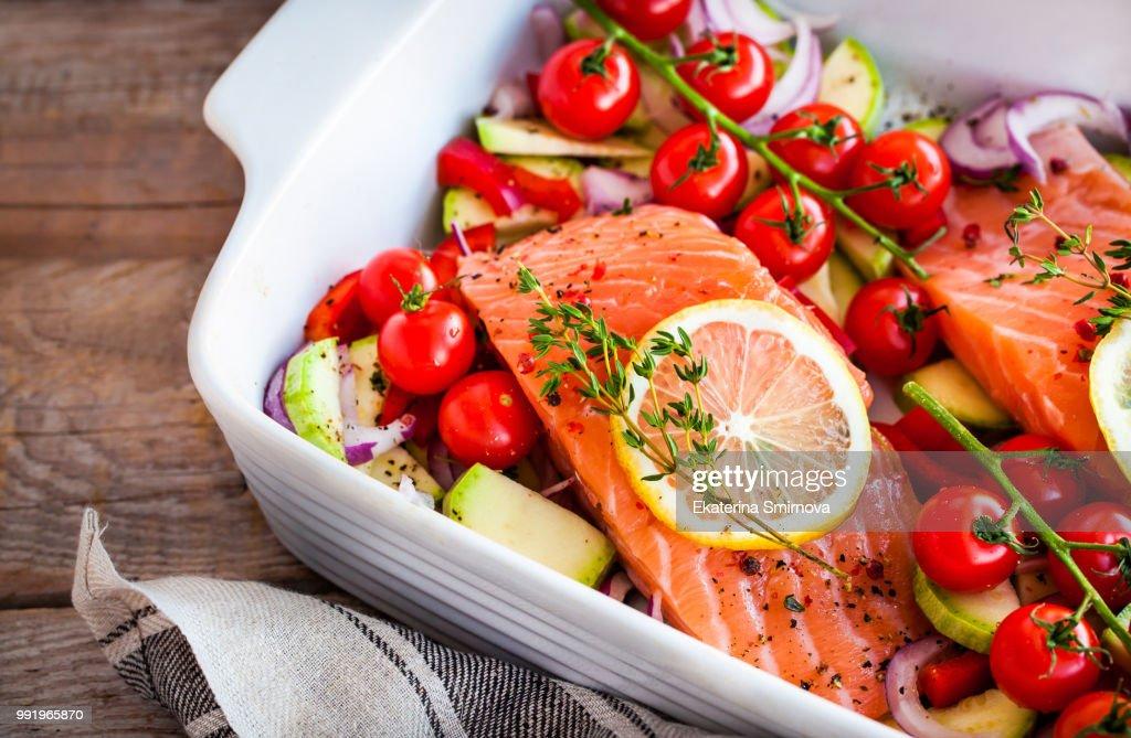 Raw fresh delicious salmon and vegetables : Stockfoto