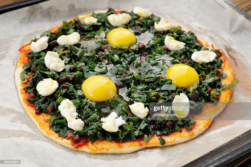 生グリーンのピザ、卵と mozarella を焼く紙 : ストックフォト