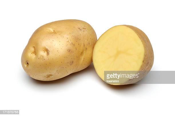 Pomme de terre complet du corps et fraîchement coupées isolé sur blanc