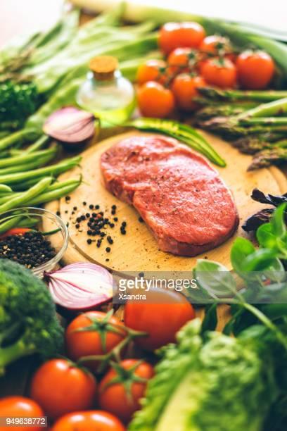 rohe rib-eye-steak mit gemüse - kohlenhydratarme diät stock-fotos und bilder
