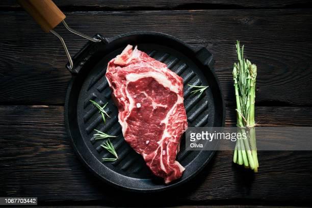 rauwe biefstuk en asperges klaar om te koken - rauw stockfoto's en -beelden