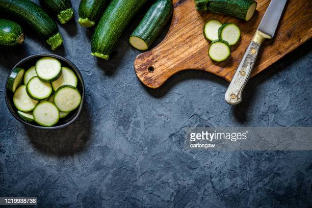 rohe zucchini - gartenkürbis stock-fotos und bilder