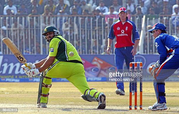 Pakistan cricket team captain InzamamulHaq plays a sweep shot as England wicketkeeper Geraint Jones and Paul Collingwood look on during the fourth...