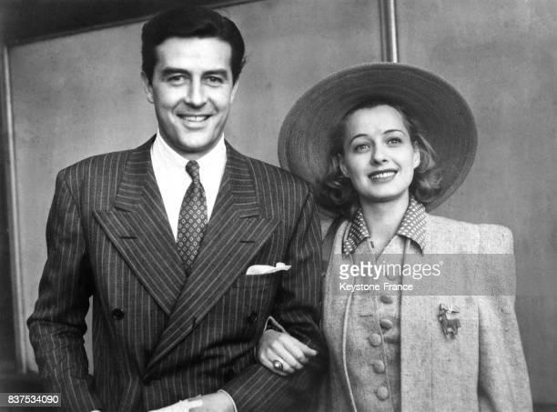 Ray Milland qui a reçu le prix international du meilleur acteur 1946 photographié avec sa femme en 1946