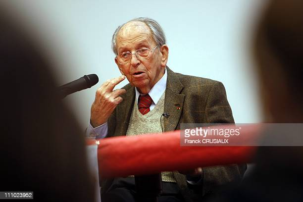 Raymond Aubrac, resistant and husband of Lucie Aubrac, gives a lecture to students of the college of Saint Adrian in Villeneuve d'Ascq Villeneuve...