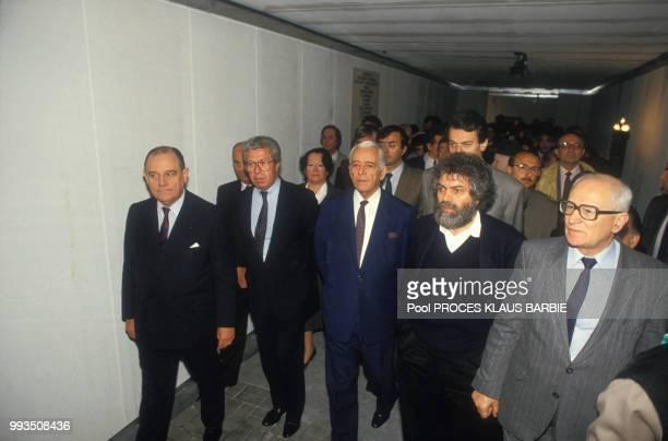 Raymond Barre Marek Halter Michel Noir Jean Poperen et d'autres personnalités au mémorial juif à Lyon lors de l'ouverture du procès de Klaus Barbie...