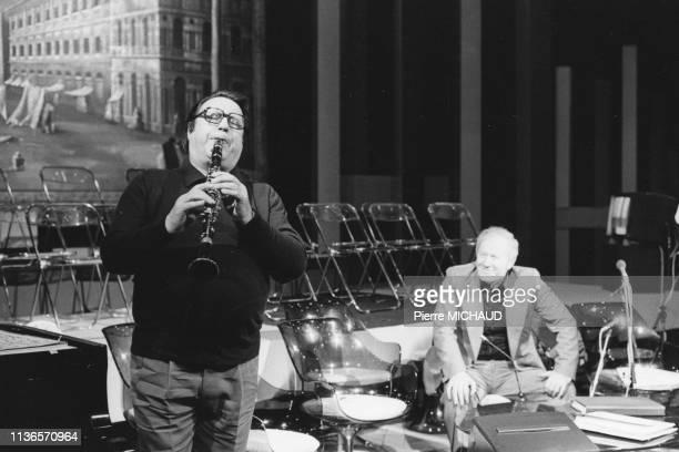 Raymond Devos jouant de la clarinette devant Jacques Chancel lors des répétitions de l'émission 'Le Grand Echiquier' le 21 janvier 1987 à Paris,...