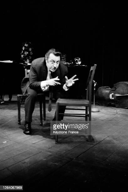Raymond Devos répètant ses sketchs sur la scène du Théâtre de la Ville en décembre 1969, Paris, France.