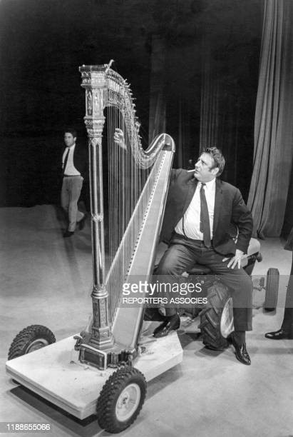 Raymond Devos sur scène avec une harpe à Paris le 23 septembre 1964, France.