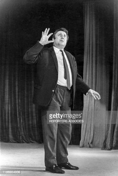 Raymond Devos sur scène à Paris le 23 septembre 1964, France.