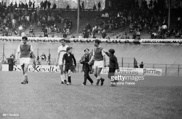 Raymond Kopa, entouré de jeunes admirateurs, a joué son dernier match Le stade - Reims au parc des princes à Paris en France, le 14 mai 1967.