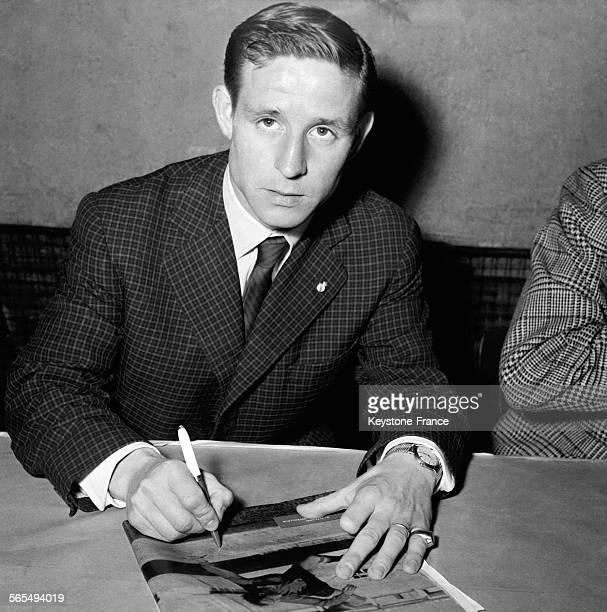Raymond Kopa, footballeur au Real Madrid, signant des autographes dans les bureaux d'un grand quotidien sportif à Paris, France le 10 juin 1957.