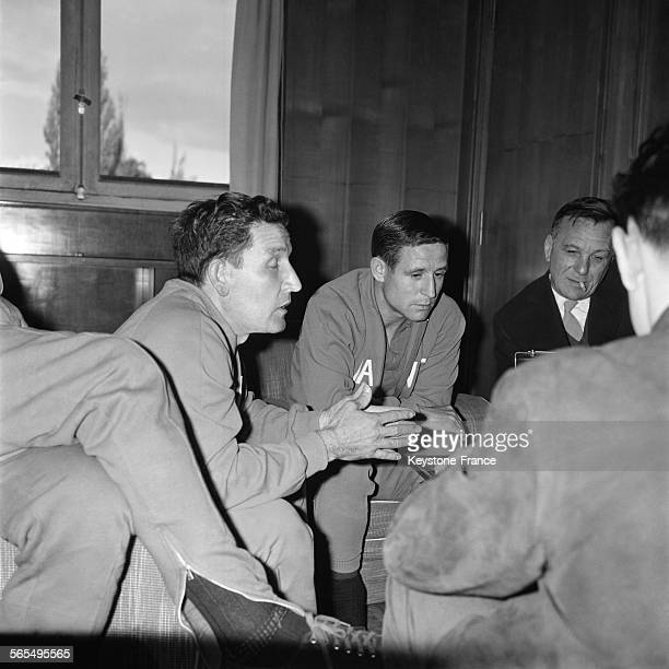 Raymond Kopa, footballeur est interviewé par la Radio-Diffusion Française, à gauche, pensif, Albert Batteux, entraîneur de l'équipe de France, à...