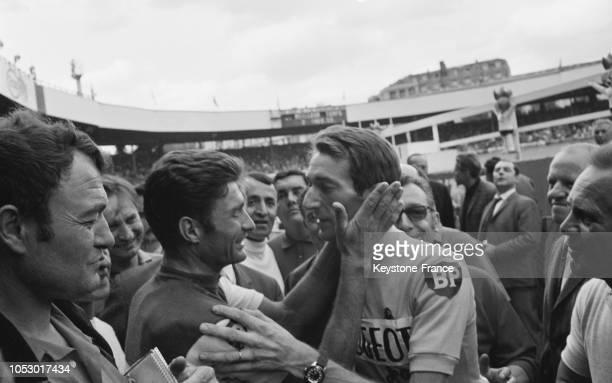 Raymond Poulidor embrasse le vainqueur du Tour Roger Pingeon au Parc des Princes à Paris France le 23 juillet 1967