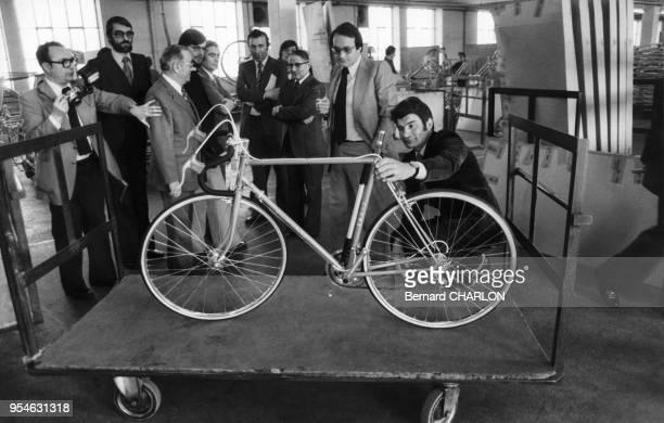 Raymond Poulidor et Francois Gadotclet pdg de Manufrance à SaintEtienne le 8 mars 1978 France