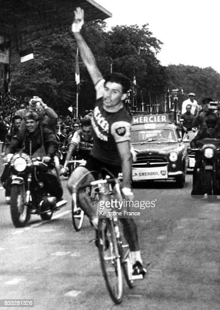 Raymond Poulidor franchissant en vainqueur la ligne d'arrivée aux Essarts France le 19 juin 1961