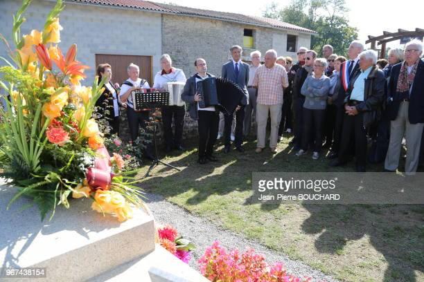 Raymond Poulidor Jacqueline Jouhaud et Sébastien Farge lors de la commémoration de lanniversaire de Pascal Sevran le 27 septembre 2015 au cimetière...
