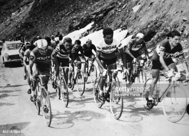 Raymond Poulidor Jacques Anquetil Federico Bahamontes et Mauricio Soler dans la montée du col de l'Iseran lors de l'étape GrenobleVal d'Isère sur le...