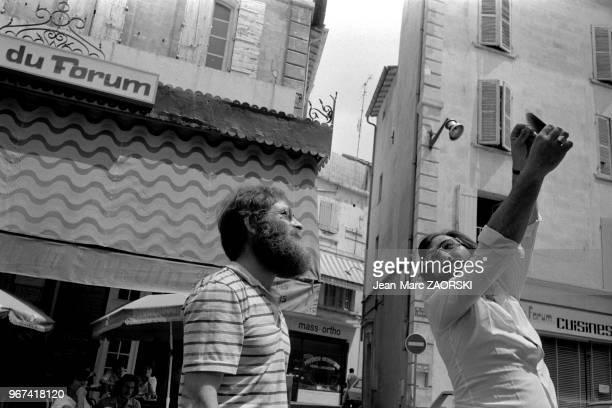 Raymond Viallon à gauche directeur de la galerie Vrais rêves de Lyon sur la place du Forum lors des rencontres internationales de la photographie...