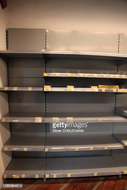 Rayons de papiers toilettes et d'autres produits de première nécessite vides après un mouvement de panique suite aux rumeurs de rupture...