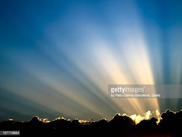 rayos de sol en cielo azul sobre nubes - light beam stock pictures, royalty-free photos & images