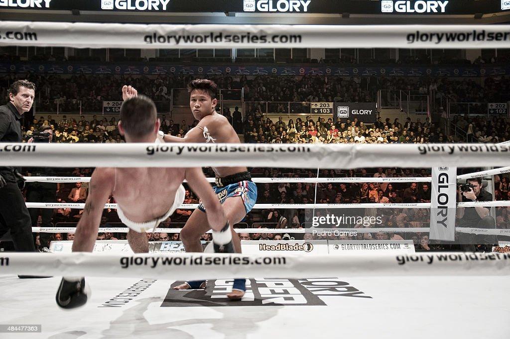 Raz Sarkisjan and Yodkhunpon Sitmonchai fight in the Glory Superfight Series on April 12, 2014 in Istanbul, Turkey.