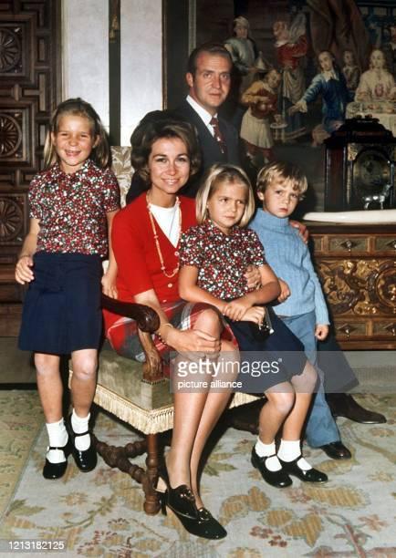 Königin Sofia von Spanien mit ihrem Mann, dem König von Spanien Juan Carlos, und den Kindern, Elena, Cristina und Felipe am 19.9.1972 im Zarzuela...
