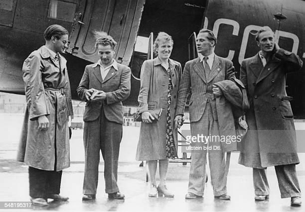 Rückkehr einer Delegation der FDJ aus der UdSSR auf dem Flughafen Berlin Schönefeld vlnr Herbert Geißler Robert Menzel Edith Baumann Erich Honecker...
