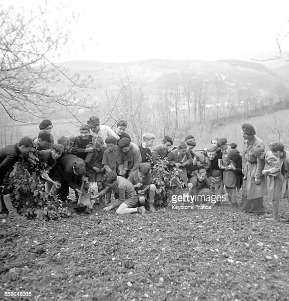 Récréation des enfants dans la nature circa 1940 en France