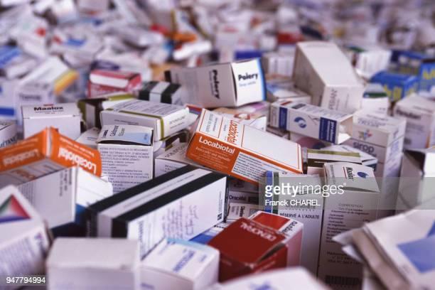 Récupération de boîtes de médicaments périmés en France