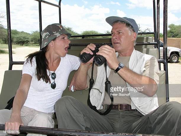 Rüder Joswig Ehefrau Claudia Wenzel Urlaub Flitterwochen Namibia/SüdAfrika Safari Schauspieler Schauspielerin Fernglas Mütze Promis Prominente...